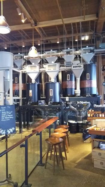 シアトルにオープンした新店舗「スターバックス・リザーブ・ロースタリー&テイスティングルーム」。スターバックスが今後の事業拡大のカギとするこの店舗で提供されるのも、1杯ずつハンドドリップで淹れるコーヒー。ハンドドリップの波はこれからますます加速しそうですね。