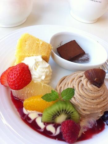 ●6F「マールブランシュ」  マールブランシュは、京都定番土産「お濃茶ラングドシャ茶の菓」で有名な京都北山の洋菓子店。ジェイアール京都伊勢丹にはB1Fに菓子店がありますが、6Fには、眺望も楽しめるサロンがあります。季節の果物を用いたパフェや香り高いケーキ等の美味しく贅沢なスウィーツが頂けます。