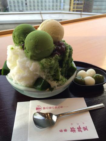 ◆6F 「茶寮都路里」  京都といえば抹茶パフェを連想する人もきっと多いはず。「茶寮都路里」の人気は今もうなぎのぼり。ここジェイアール京都伊勢丹も連日列をなしています。 【画像は、定番の「特選都路里氷」。抹茶アイスクリームやゼリーがのった贅沢なかき氷です。みつも「抹茶みつ・ミルクみつ・おぼろがけ」の三種類から選べます。】