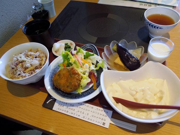 ◆京豆富 不二乃(ふじの)   「不二乃」は、京都・北野の有名豆腐店。伊勢丹店では、とびっきりの豆富を使った創作料理が頂けます。【画像は、人気の「昼膳 (梅) 」。ふわふわのおぼろ豆腐は、おかわり自由です。メインの揚げ物は、お揚げとひじきのコロッケ。】