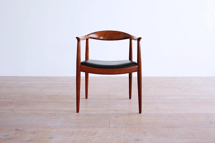 この椅子の素晴らしさは、肘から背に連なる笠木の生み出す曲線。