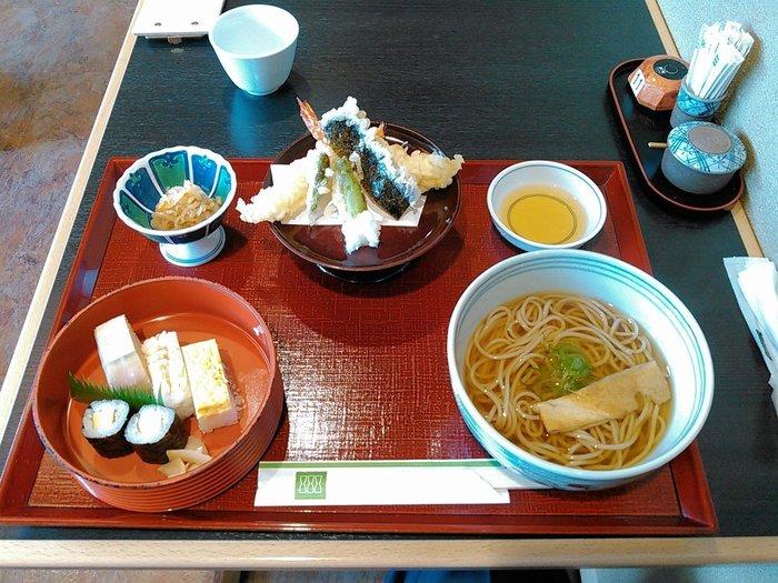 """◆京・四条 田ごと  京料理の老舗「田ごと」の支店です。季節で替わる""""京そば""""やざる蕎麦、天麩羅やお寿司が、リーズナブルな値段で頂けます。  【画像は、蕎麦と寿司、天麩羅がセットになった人気メニュー「さつき」。】"""