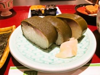 「さば寿司膳」も人気。脂がのった、美味しいさば寿司に、そば、わらび餅、なす田楽がセットになっています。単品メニューも豊富です。  ◆※「田ごと」はTheCUBEの他、駅構内に「京都駅ポルタ店」、直営の弁当売場が新幹線のコンコース、ジェイアール京都伊勢丹のB2Fにあります。