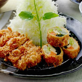湯葉巻き揚げも人気料理。 湯葉の風味とサクサクの衣、野菜の具材が渾然一体となった味わいは、京都ならではの味わいです。白味噌仕立ての具沢山の味噌汁、麦入りごはん、キャベツのおかわり自由です。