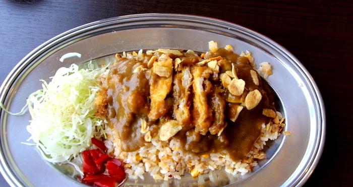 ◆キッチン ゴン  キッチンゴンは、1970年創業の京都西陣の洋食店。 創業時から継ぎ足してきたデミグラスソースが自慢です。名物は何と言っても「ピネライス」。チャーハンにカツをのせて、カレー(orハヤシ)をたっぷりかけたワンプレートのオリジナル料理です。ボリューム満点でも、あっさりと頂けると評判。「ピネライス」は、スモール・レギュラー・ビッグと3種のサイズ。お腹の好き具合に合わせて選べます。