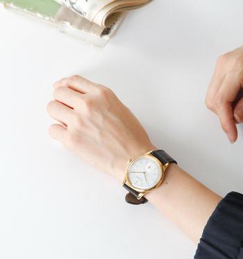 アーバンな雰囲気漂うゴールドフレームウォッチは、全世界で888個しか生産されていない貴重な限定モデル。少し大ぶりなフェイスは手首を華奢に見せてくれます。