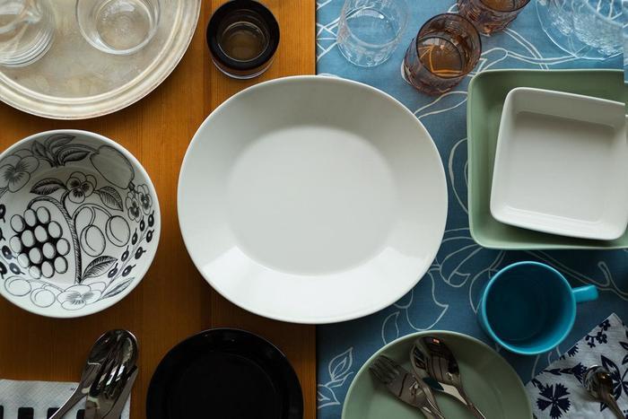 中央に置かれた白色のオーバルのお皿。エエヴァです。  シンプルながらも温かみや上品さを兼ね備えている、雰囲気のある1枚。  使い勝手もよく、1枚あると重宝します。