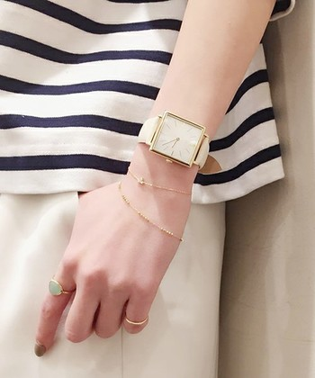 おしゃれさん御用達の日本の人気ブランド「ete(エテ)」は、シンプルながら遊び心も忘れない素敵なジュエリーをたくさん展開しています。その「ete」から大人な腕時計をご紹介。  ちょっぴりメンズライクなサイズ感のスクエアウォッチは女性らしさを引き立ててくれます。大きめのフェイスで手首は華奢に見え、キリッとしたスクエア型はオン・オフどちらでも大活躍♪