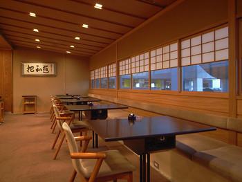ホテル内の飲食店は実に多彩。「京都吉兆」といった高級和食の他、寿司や天麩羅、中華やフレンチ等のレストラン、カフェやラウンジ、夏季限定のオープンテラスのカフェ・バー等様々。  【画像は、3Fにある「京都吉兆」。】