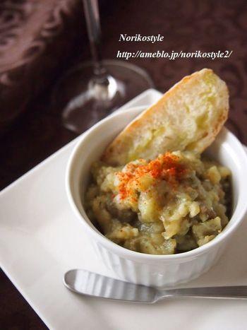 キャビアのように見立てた茄子のディップです。茄子のねっとりした食感はフランスパンの香ばしさと相性も抜群。ピリッとした唐辛子で大人っぽく仕上げます。