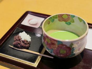 現代作家による工芸品や京都の逸品をゆったりと眺めながら、宇治茶と季節の京菓子を頂けます。