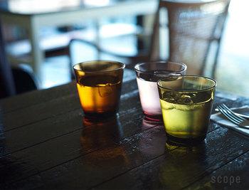 グラスのカラーバリエーションも豊富です。  お水を注いだだけでもこんなに素敵なワンシーンに。