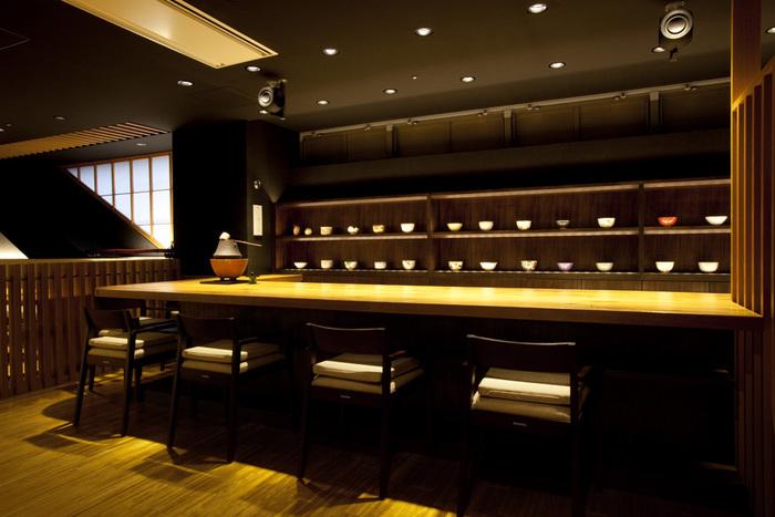 南北自由通路、駅ビルインフォメーション横にある「ギャラリーカフェ京都茶寮」は、千年の都が築き上げた文化に触れる出会いとくつろぎの空間です。額装や茶室を設えた店内は、和の落ち着いた雰囲気。