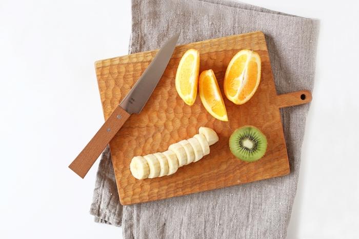 お手持ちのぺティーナイフ1本で作れるのが、正統派の「フルーツアート」の作り方です。 こちらは、グローバルの刃渡り13センチのペティーナイフ。柄と刃が一体で衛生的に使えます。 フレッシュな果物を切れるよう、きちんと研いで使いましょう。