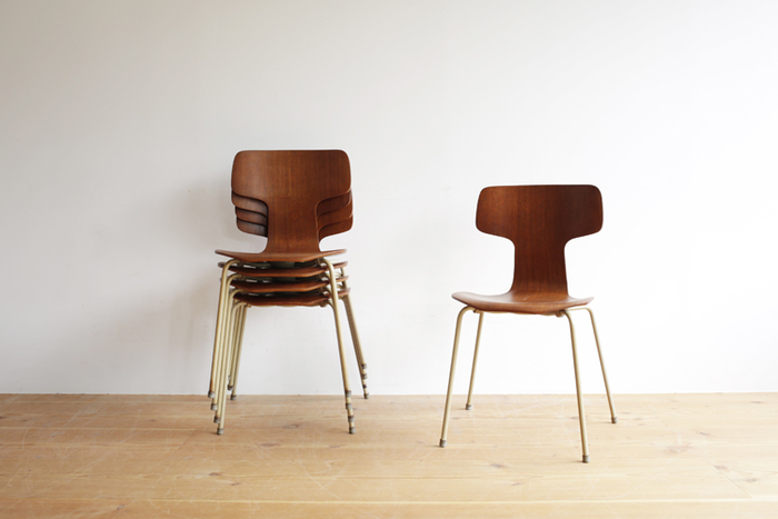 先に紹介した、フリッツ・ハンセン社の「3103 Tチェア」。  1955年に発表された椅子ですが、すでに70年代に廃盤となった椅子です。