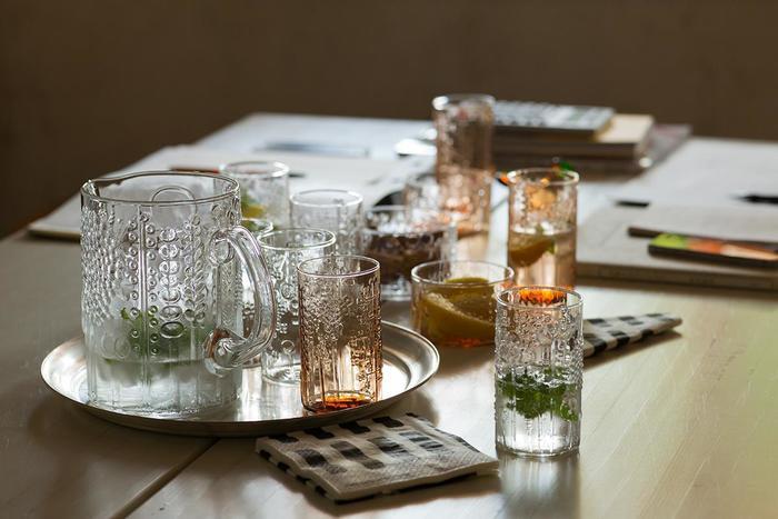 人気のフローラのグラスとピッチャー。  花や植物の柄のデコボコがなんともかわいらしくて見とれてしまいます。 食卓が華やかになりますよね。