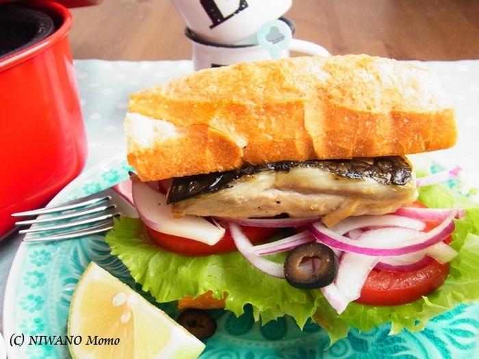フランスパンに焼いた「サバ」を挟んだトルコ名物のサンドイッチ「エクメッキ」も自宅で簡単に作れます。味のポイントはたっぷり絞ったレモン汁。ホットプレートで焼いて、できたて熱々をガブッと食べてみましょう。