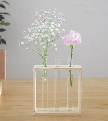 """ダイソーの商品""""ウッドインテリア試験管""""もお洒落で味のある花瓶に。季節に合わせて気軽にお部屋を飾れそうですね。"""