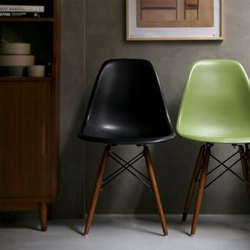 名作「シェルチェア」。  「チャールズ&レイ イームズ」社を代表する椅子。   木の脚に、プラスチック成形の座面、スチール構造。 異種の素材を見事に合わせたデザインは、不朽の名作。   シックにまとめたインテリアに、グリーンが差し色になっています。