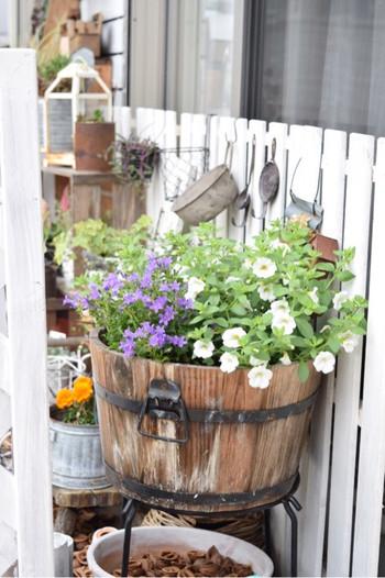 樽や、ワイン樽は大きめプランターに。花の寄せ植えがよく似合いますね♪アイアンスタンドで底上げするなどして、プランター自体が腐ってしてしまわないよう注意しましょう。
