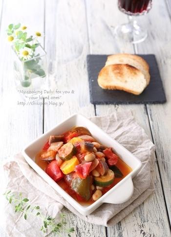 ごろっとカットした夏野菜とトマトを煮込んだラタトゥイユもカリッと焼いたフランスパンの上にソースと一緒にのせて食べると絶品ですね。オリーブオイルとにんにくの香りが広がったソースもフランスパンにぴったりです。