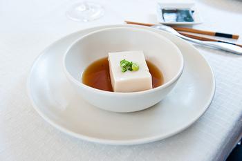 真っ白で柔らかなお豆腐。でもその中には体にもお肌にも良い栄養素がギュッと詰まっています。さらには、どんなお料理にも合わせやすいのが素晴らしいところですね。普段のお豆腐メニューに好みの豆腐ステーキもぜひプラスしてみてください。