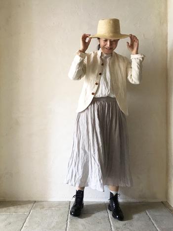ホワイト×淡い色合いで、より見た目も涼しそうに。  麻のスカートがふんわり広がって素敵です!