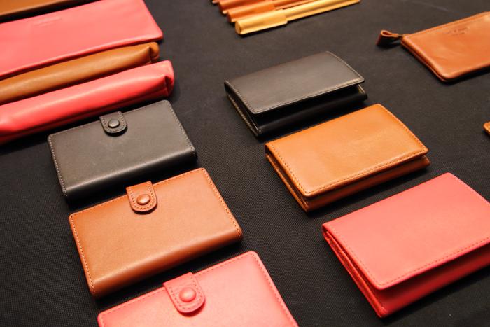 鎌倉らしい、落ち着いた雰囲気の小物も充実。ストラップやカードケースなど、男性にも似合う落ち着いた風合いが魅力です。見習いの職人さんが作るブックカバーや栞などの革製品は、お得に購入できるのだそう。