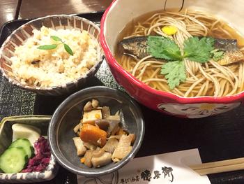◆そば酒房 徳兵衛  夜は、京都の食材を豊富に使った居酒屋ですが、昼時は、定番の蕎麦や丼もの、炊き込みご飯や釜飯のセットが頂けます。京とうふの冷ややっこ、湯葉のお造り、生麩の田楽等など、日中でも頂ける一品料理も豊富です。 【画像は「にしんそばと、炊き込みご飯セット」】