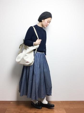 ハイネックのシンプルトップスにたっぷりギャザーのロングスカートを合わせて。カジュアルな小物と、靴下を合わせたローファーがクラシカルな中に遊び心のあるおしゃれな着こなしです。