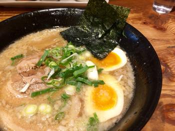 ◆ますたに  せっかく観光や出張で訪れたのなら、京都ならではラーメンを頂いてみましょう。「ますたに」は、京都・北白川の有名店。背脂醤油系の元祖ともいわれています。鶏ガラベースに濃い目の醤油ダレ。柔らかいストレートの細麺は、スープとよく絡み、あっさりしてコクがあると評判。九条ねぎ、唐辛子味噌がアクセントです。【画像は「特製厚切りチャーシュー麺」】