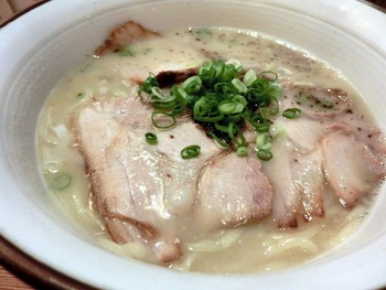 ◆あらうま堂  「あらうま堂」は、女性にも人気の大阪の有名店。豚骨鶏ガラを長時間煮込んだ白濁スープは、あっさりして、後味スッキリ。香ばしい「たまゆ」の香りも良く、中太麺によく合うと定評があります。キムチは食べ放題。女性にオススメなのは塩味の「たまゆらーめん」。こってりが好きなら「あらうまらーめん」を。 【画像は「たまゆらーめん」】