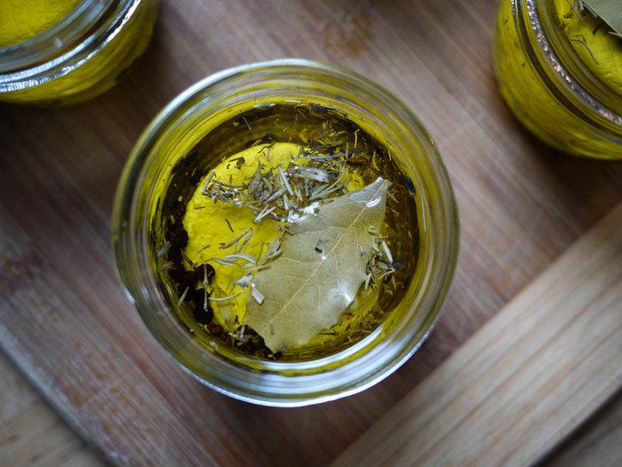 ドレッシングで重要なオイル選び。ドレッシングを作るならオイルにもこだわりたいですよね。数あるオイルの中でもおすすめなのが「オリーブオイル」。オリーブオイルにはビタミンEやポリフェノールが含まれていて、美容効果もあるといわれています。その他には亜麻仁油などもおすすめです。
