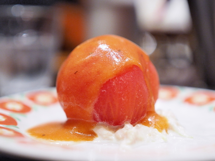 看板メニューは「東洋亭ハンバーグステーキ」ですが、メニューは、実に豊富。百年カレー、オムライス、エビフライ、等など老舗洋食店らしいラインナップです。  【画像は、もう一つの名物「まるごとトマトサラダ」。】
