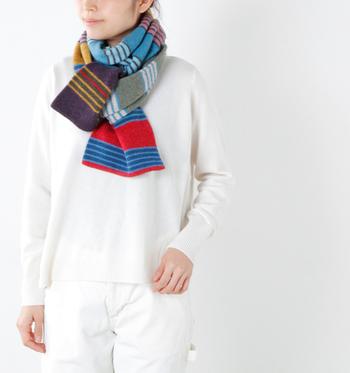 ビビッドなマルチボーダーは、冬の装いに華を添えてくれますね!ホワイトやブラックなどモノトーンのワントーンコーデにおすすめ。