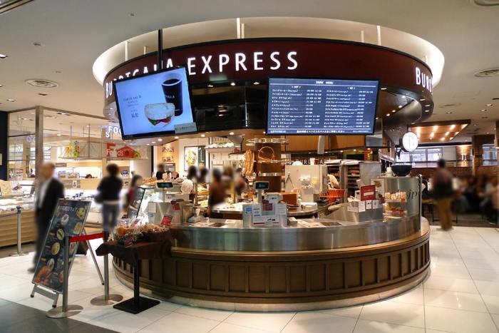 【地元の通勤客や買い物客も多いSUBACO。FOODSコーナーは人気のスポットです。】