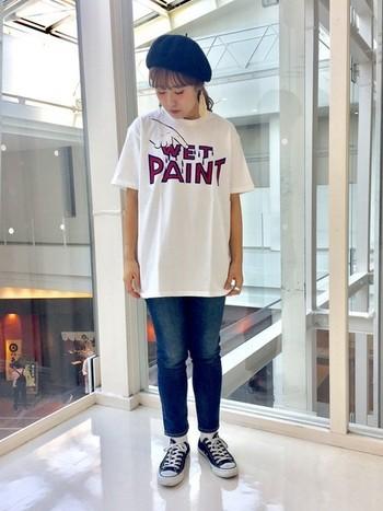"""""""Wet Paint""""と書かれたロゴプリントTシャツ。  インパクトがあるTシャツはシンプルにデニムで合わせて。 カジュアルなスタイルにベレー帽の組み合わせが◎!"""