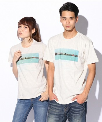 シンプルでスタイリッシュなTシャツ。 穏やかな風景プリントにドイツ語タイポグラフィがとってもオシャレ。  こんな風にサイズ違いで買ってペアで着たいですね♪