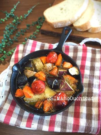 たっぷりの野菜をガーリックやハーブが効いたオリーブオイルに漬け込んでじっくりと火を入れた「オイルコンフィ」。こちらも野菜の甘みや旨味がうつったオイルとフランスパンとの相性は抜群です。