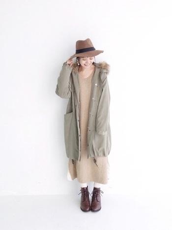ロング丈のリブワンピースにモッズコートを羽織ったゆったりスタイル。