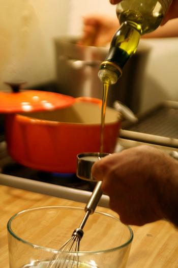 ドレッシングで1番失敗しやすいのが「乳化」。油を少しずつ加えることで、分離せずに乳化させることができますよ。また、ニンニクや味噌などをつなぎ役として加えると分離しにくくなるのでおすすめです。