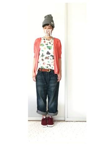 亀山達矢さん・中川敦子さんによるユニット「tupera tupera」とのコラボレーションTシャツ。  くだもの柄がなんともかわいくて目を惹きます。 鮮やかな色のカーディガンとも相性バッチリですね。