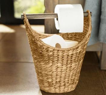 トイレットペーパーの収納場所、どうしていますか?パッケージのまま床に置くのは見栄えが悪いし、かといって納戸にしまうと不便。そんなお悩みを抱えている方は、かごに収納してみてはいかがでしょうか?  ただトイレットペーパーを入れるだけなのに、おしゃれに見えるのはナチュラルなかご素材だから。かごの持ち手に木を通してホルダーにするアイデアもアジアンリゾートっぽい雰囲気でステキです。