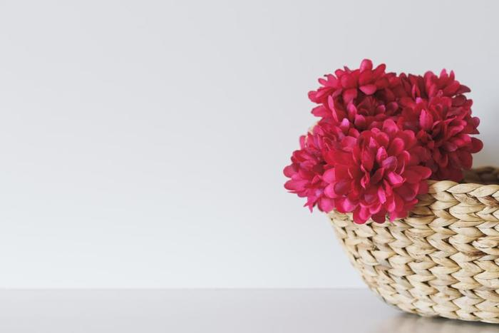 どんな草花にも合うかごは、花瓶よりも使いやすいと人気です。ぱっと華やかな色合いの花も、かごに入れるとどことなく落ち着いた印象になります。  夏ならグリーン系、秋なら紅葉やどんぐりなどを入れて四季の草花を楽しむのもおすすめです。お花の向きや高さなどは自然のままでOK。あえて無造作に入れるのがおしゃれに見せるポイントです。