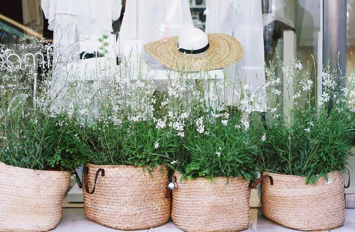 海外のお花屋さんのような雰囲気を楽しめるかご使いアイデアです。野の花のような自然な雰囲気とナチュラル素材のかごがぴったりですね。植木鉢やプランターに草花を植えてかごに入れるだけなので、お手入れもカンタンです!