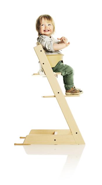 さらに別売りのアクセサリーを装着することでベビーにも安心。  「トリップトラップベビーセット」を使えば、生後6〜9カ月の一人でお座りができるようになったベビーも、安全に家族とテーブルを囲むことができます。