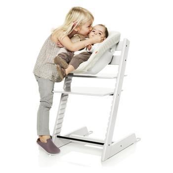 「トリップトラップ ニューボーンセット」は新生児の小さな体にもぴったりフィット。 小さな赤ちゃんと目を合わせての家族のふれあいが増えそう。