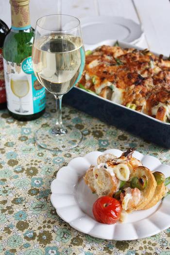 お手軽なシーフードミックスを使ったグラタン。魚介と野菜の旨味を薄くスライスしたフランスパンがしっかりと吸っているので、お口の中で美味しさが広がります。是非とも作ってみたい簡単レシピです。