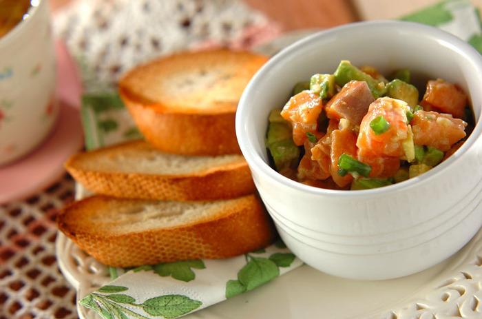 生食用のサーモンを使ってアボガドや玉ねぎと調味料を混ぜ合わせるだけの簡単レシピ。彩りもきれいで、まったりとした濃厚な口当たりとサクッとしたフランスパンの食感のコントラストが楽しめます。おもてなし料理にもいいですね。