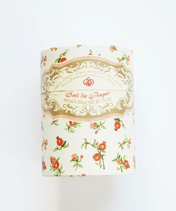 小花が散りばめられた心くすぐられるパッケージは、ボディパウダー。なめらかでさらりとした使い心地で、ほんのり香り、デオドラントパウダーとして使えますよ。